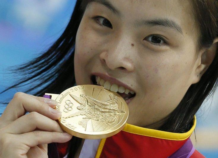 Wu Minxia, 26enne atleta cinese, avrebbe tutte le ragioni del mondo per festeggiare. Martedì 1 agosto, insieme alla connazionale He Zi, Minxia ha vinto la medaglia d'oro nei tuffi - specialità trampolino 3 metri sincronizzato - diventando così la prima donna nella storia dei Giochi a vincere tre ori consecutivi in tre diverse Olimpiadi. Per salire così spesso sul gradino più alto del podio, tuttavia, la ragazza ha pagato un prezzo carissimo. Suo padre ha infatti dichiarato in questi giorni…