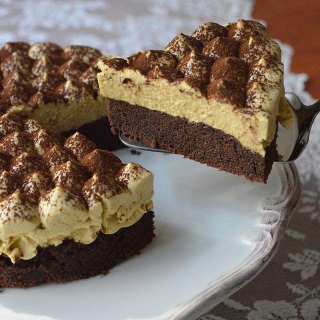 Kahve,kakao ve çikolata tadını sevenlere😁😍 #moussecake kahveli mouse kek.. Bir gece dolapta kalsa daha iyi olurdu ama 4saat kadar dolapta kaldığı için kalıptan çıkarmak zor oldu😉 Denemenizi tavsiye ederim,pasta kadar yoğun olmayan hafif bir tatlı.Kekini 23cm'lik kalıpta yaptim fakat 18cm'lik cemberle kesip hazirladim😬 Keki 3yumurta 1cay bardagi süt ve yarim cay bardagi siviyag,1cay bardagi seker yarim paket k.tozu,1vanilin 2yemek kasigi torku banada😉(sarelle,nutella da olur) ve 3-4yemek…