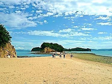 """「八日目の蝉」 ロケ地 """"エンジェルロード""""小豆島 (ファミリーロッジ旅籠屋・高松店から高松港まで約5km)   """"エンジェルロード""""を知っていますか? 小豆島の四つの島をつなぐように、潮が引いたあとに砂の道があらわれます。これが、天使の散歩道・エンジェルロードです。「恋人の聖地」でもあります。そしてここは映画やテレビドラマのロケ地にもなりました。「八日目の蝉」 母と子のようにすごした束の間の日々…。繰り返す波のように、蝉の泣声のように、せつなさが止まりません…。ストーリーを思い浮かべながら歩いてみませんか。 《高松港から小豆島へのアクセス》  四国フェリー TEL.087-821-9436 http://www.shikokuferry.com ○フェリー〈車両OK〉  高松⇔小豆島・土庄港 (所要時間60分)   ○高速艇〈車両×〉  高松⇔小豆島・土庄港 (所要時間35分) 【小豆島・土庄港】からエンジェルロードまで2.3km 車で約6分 オリーブバス・西浦線 で、約10分(国際ホテルで下車)"""