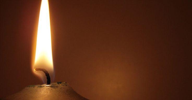 Como preparar um pavio para uma vela de cera de abelha. Tanto os novatos quanto as pessoas experientes que fazem velas gostam de trabalhar com cera de abelha para fazer velas bonitas e de queima longa. Dependendo do processo de fabricação que for escolhido, fazer uma vela desse tipo pode envolver simplesmente enrolar folhas de cera de abelha ou derretê-la e, então, derramar ou mergulhar as velas. Ao ...