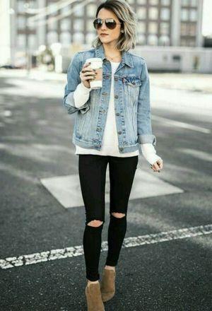 El look de wendycenteno_ lleva chaquetas azul claro de Urban Outfitter y vaqueros negras de Forever21