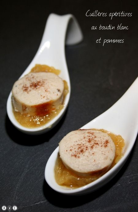Cuillères apéritives au boudin blanc et pommes. Des petites cuillères simples, rapides (mais efficaces) et aussi bon marché qui pourront parfaitement s'inviter à votre table de réveillon ! L'association boudin blanc et pommes fonctionne toujours !