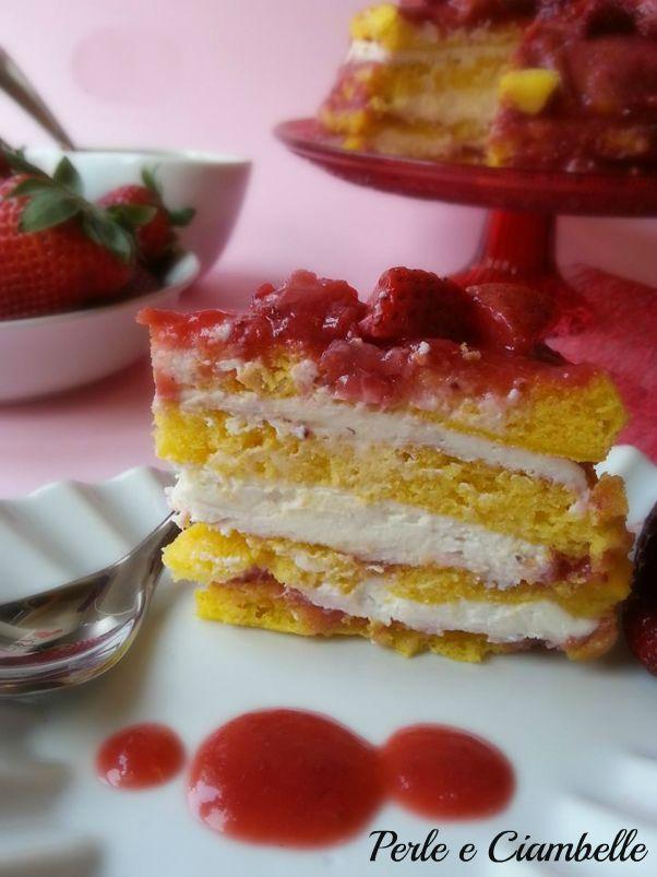 La torta con cheese cream alle fragole è un dolce a cui non saprete resistere: un impasto super soffice arricchito da una deliziosa crema al formaggio e fragole!