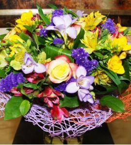 Фрезия,альстромерия,роза,статица,зелень (салал,аспидистра), декор