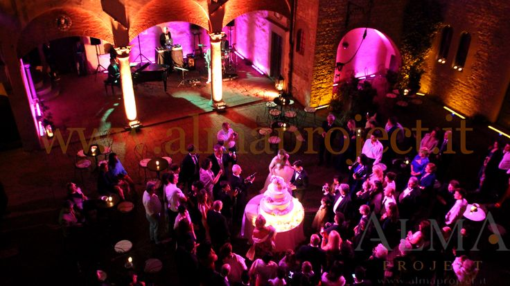 ALMA PROJECT @ Castello il Palagio - Courtyard - wedding cake - party lighting pink