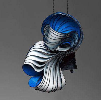 Lydia Hirte est une artiste Allemande qui réalise des bijoux sculpturaux en carton. Ses expérimentations sur la matière l'ont amenée a parfaitement la maîtriser et ainsi travailler le carton …