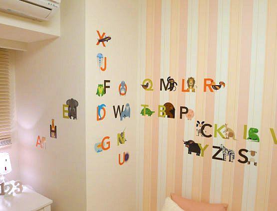K229ピンクで可愛らしく壁には貼ってはがせるウォールステッカーでデコレーションを施し、可愛らしい雰囲気に。