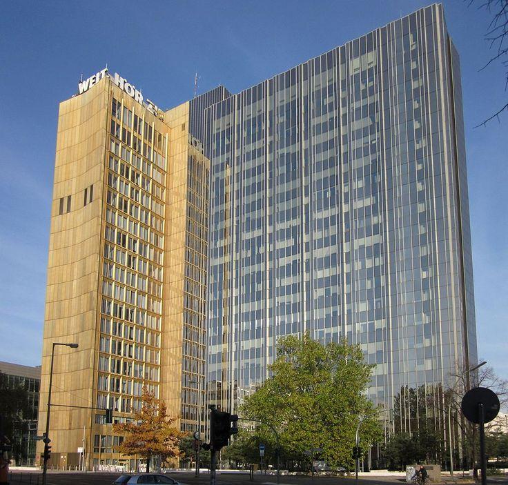 2010 Berlin -  Axel-Springer-Hochhaus, Axel-Springer-Straße, Kreuzberg. Der ältere (linke) Teil des Gebäude an der Rudi-Dutschke-Straße wurde zwischen 1960 und 1966 erbaut, der rechte Teil zwischen 1992 und 1994. Der ältere Gebäudeteil ist als Baudenkmal gelistet. ☺