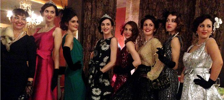 Antonella Valerio di Une Nouvelle Vie Atelier presenta la nuova collezione di abiti anni '50 con una sfilata all'Hotel Papadopoli di Venzia. Guarda il video!