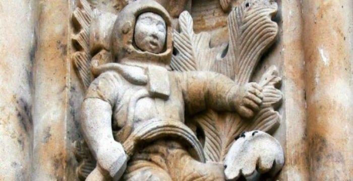 Πως θα σας φαινόταν εάν κατά την επίσκεψή σας σε έναν Καθεδρικό Ναό ηλικίας «ηλικίας» άνω των 500 ετών και τη στιγμή που εισερχόσασταν σε αυτόν αντικρίζατε έναν σκαλιστό αστροναύτη;