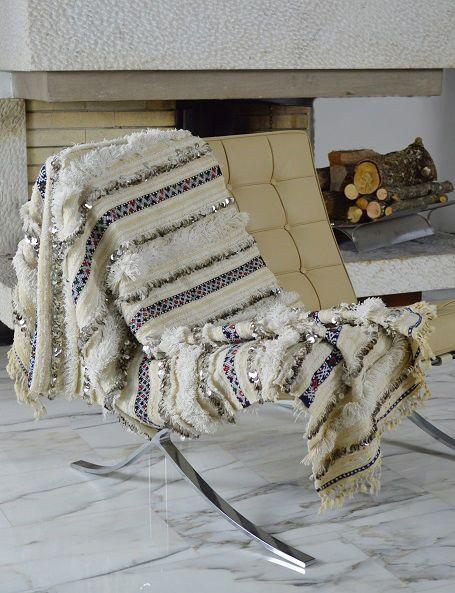 Handira vintage di piccole dimensioni, ma adorabile, che può essere usata oltre che come coperta, anche come tappeto o appesa al muro per decorare una parete, apportando un tocco di raffinatezza e glamour in ogni ambiente. Realizzata a mano dalle popolazioni berbere dell'Alto Atlante in Marocco come dono nuziale, è in lana e cotone e decorata con paillettes in metallo #boho #weddingblanket #HomeDecor #handira #etnico #bohemian