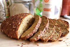 Unser Low Carb Brot für Walnuss-Liebhaber mit knackiger Kruste. Für eine tolle Brotkonsistenz und leckere Kruste sorgt Xanthan Gum. #LowCarb #Brot #Xanthan #Goldleinsamenmehl