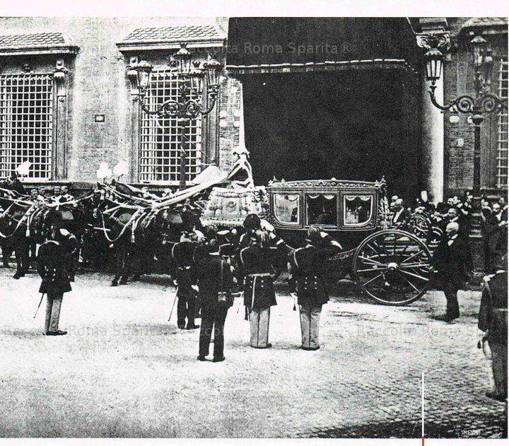 Funerali di Umberto I. L'Italia piange il suo re, ucciso a Monza la domenica sera del 29 luglio 1900. La foto immortala i solenni funerali che gli furono dedicati il successivo 9 agosto. Umberto I di Savoia fu sepolto al Pantheon e sul trono gli successe il figlio Vittorio Emanuele III. Anno: 9 agosto 1900