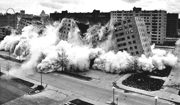 IMAGINA BOGOTÁ- La iconica demolición del Pruitt Igoe en St. Louis, USA. Fuente: New York Times http://static01.nyt.com/images/2012/01/20/movies/20RDP_PRUITT_SPAN/20RDP_PRUITT_SPAN-articleLarge-v2.jpg