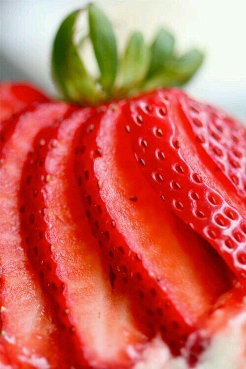 Estas frutas también son muy efectivas para ayudar a perder peso, ya que promueven la producción de hormonas que acaban con las grasas y aceleran el metabolismo, lo cual podemos lograr comiendo de forma controlada y por supuesto teniendo una dieta balanceada.Las fresas también tienen propiedades anti-inflamatorias.