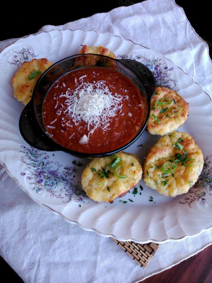 Fűszeres paradicsomleves kétszer sült, újhagymás burgonyával - Spicy tomato soup with double baked potatoes