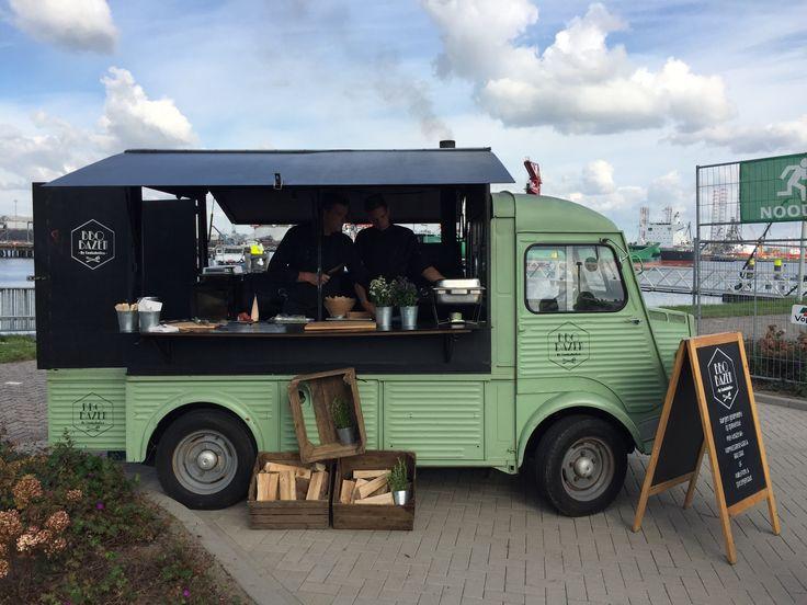 Foodtruck tijdens een bedrijfsfestival op eigen terrein. Broodjes pulled porc en mini hamburgers vanaf de smoker. https://www.advance-events.nl/news/25/38/Zomers-familiefestival-in-de-herfst-het-kan