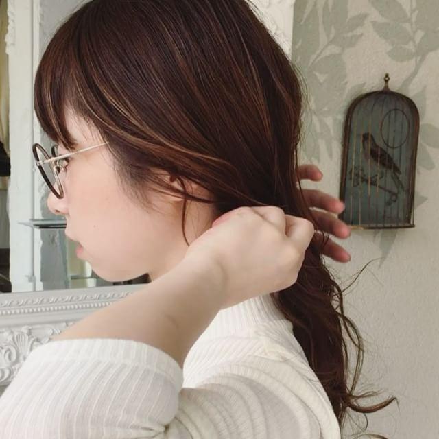 こなれてる1本結びに見える、顔周りの髪の残し方(通称おいしい毛の残し方)  基本的には3束です! 前髪のすぐ横の毛束の他に、髪の少ないこめかみの部分ともみあげを少し垂らしてあげると良いですよ 耳にはしっかりかけず、あえて少したるませるとこなれ感がでます  女性のお客様には、絶妙なおいしい毛のカットをよくさせていただいてます 長さのバランスが大切なのでオススメですよ  #表参道#原宿#青山#表参道美容室#美容室#美容師#オブヘア#アレンジ#セルフアレンジ#アレンジ動画#簡単アレンジ#ゆるポニー#結び方#ひとつ結び#おいしい毛#こなれヘア#こなれ感#簡単かわいい#スタイリング#リクエスト募集中#ヘアアレンジ#会社#Ol#仕事ヘア#学校#大学生#朝#時尚#造型