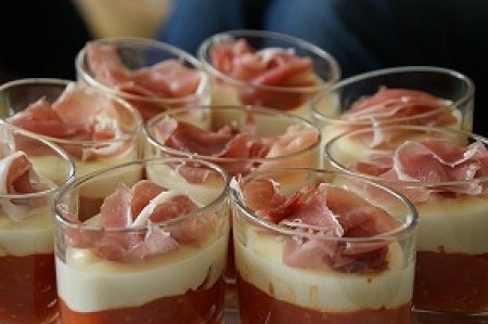 Verrines italiennes tomates confites, crème au Parmesan et chiffonade de jambon