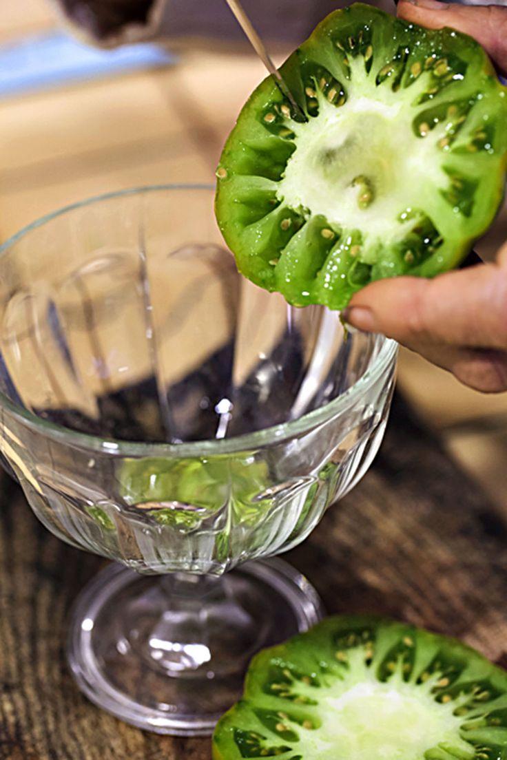Récolter des graines de tomates pour faire ses propres semis, c'est possible ! En 3 étapes très simples, Détente Jardin vous montre la marche à suivre pour récolter vos graines de tomates vous-même. Coupez votre tomate, conservez la pulpe dans un récipient, patientez quelques jours, rincez, séchez et le tour est joué ! Nous vous expliquons de façon détaillée comment faire vos semis avec les graines de tomate que vous aurez récupérées.