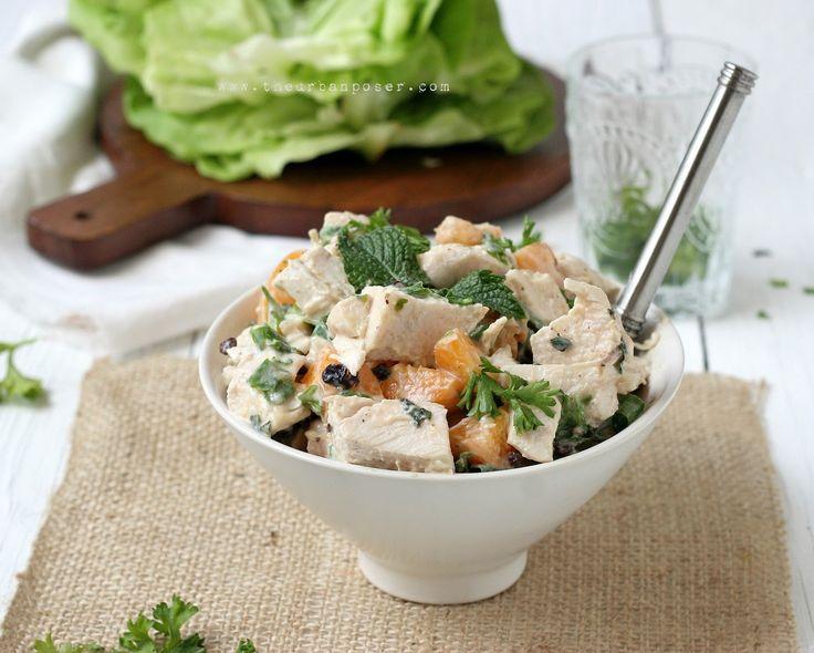 Geflügelsalat mit Pfirsich, Minze und Kokosmilch. Paleo.
