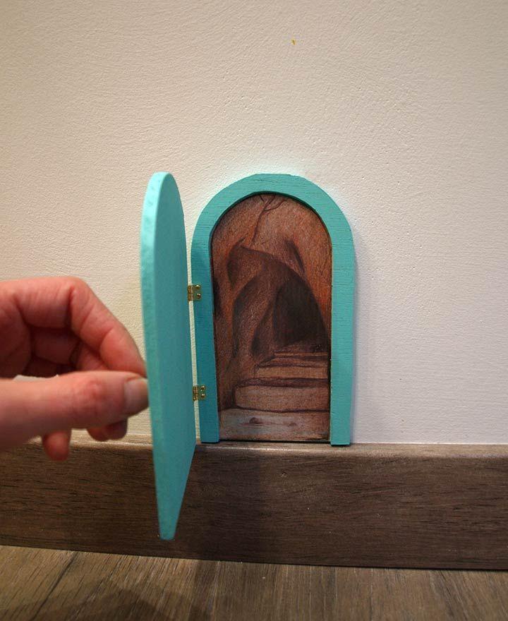 Puertas para el ratoncito Pérez que se abren  de La iluminista. Fabricadas a mano reutilizando madera procedente de estuches de vino. Puerta verde para Pérez con ilustración de cueva en su interior.