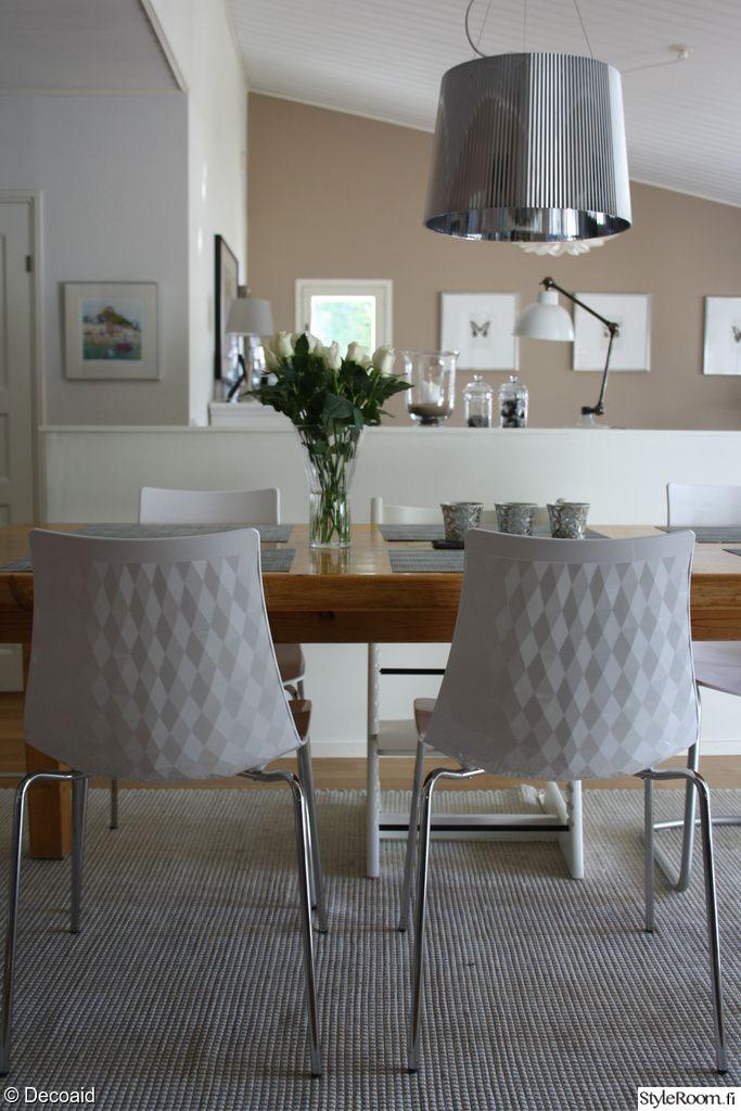 keittiö,ruokapöytä,ruokapöydän tuolit,calligaris ruokatuoli,calligaris,kukat sisustuksessa,artek ruokapöytä,mänty ruokapöytä,valkoiset ruokapöydän tuolit,ruokailutila