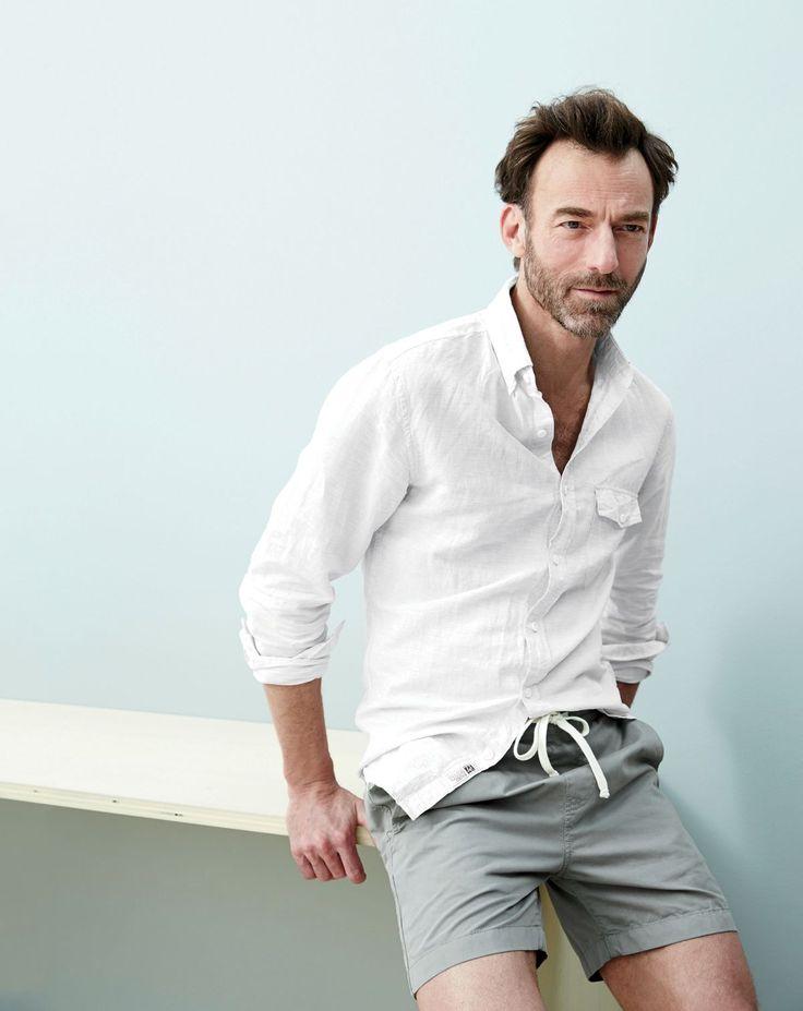 白リネンシャツにグレーショートパンツ着こなし