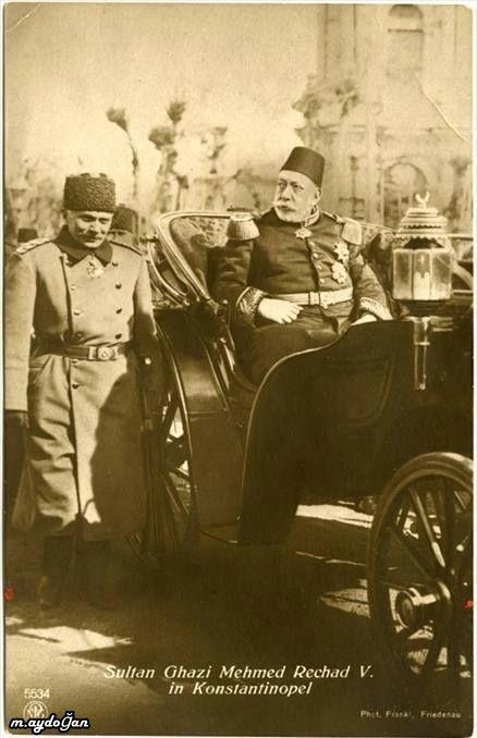 Sultan Mehmet Reşad saltanat arabasında cuma selamlığına giderken.