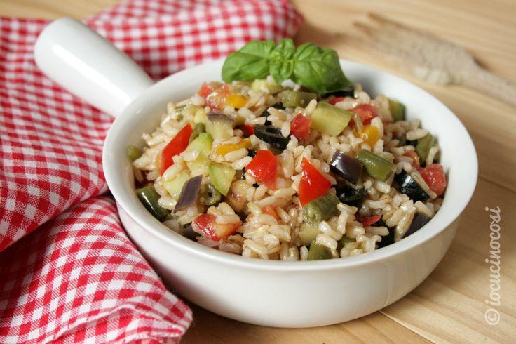 L'insalata di riso integrale con verdure è un primo estivo colorato, fresco e gustoso.