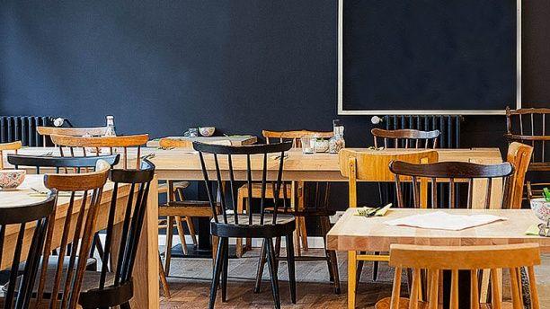 John & Rose, c'est un espace d'exposition, un bar et un café nichés au coeur de Bruxelles. L'endroit idéal pour goûter à l'esprit créatif de la ville tout en se délectant de leur brunch: frais, bio et « fait maison ».  Au menu on trouve: des oeufs, du bacon, du saumon, du pain bio, des confitures, des croissants, du yaourt granola et une boisson.  Prix: 15€  John and Rose  Où? 80-84, rue de Flandre, 1000 Bruxelles  Quand? Tous les dimanches de 11h à 18h.