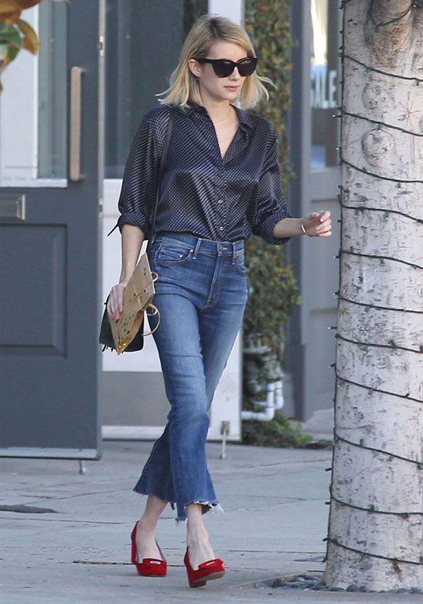 A atriz Emma Roberts com calça jeans cropped + camisa de bolinha.