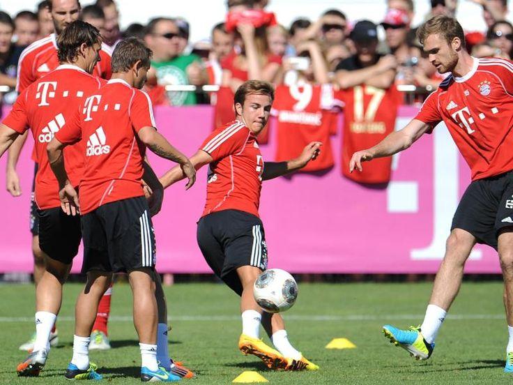 Mario Götze (M) zaubert wieder auf dem Platz. Erstmals nach seinem Wechsel zum FC Bayern ist der Nationalspieler ins Mannschaftstraining eingestiegen. Götze laborierte lange Zeit an einem Muskelbündelriss. Am Freitag feierte er seine Premiere mit den neuen Teamkollegen. (Foto: Andreas Gebert/dpa)