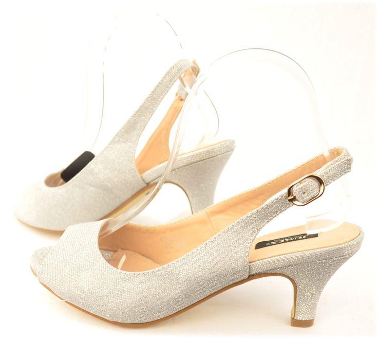 Gala sandaal in zilverimi-leerMaaten vallen normaal5,5 cm hakDe mooiste avond schoenen bestelt u in onze winkel. Bij ons vindt u verschillende betaalbare avondschoenen, feestschoenen en bruidschoenen. U vindt gegarendeerd de avond schoenen die u outfit compleet maakt. Bekijk ons collec