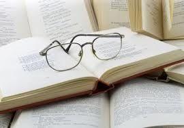Bacchus Bar and Bookshop, Meléndez Valdes 52, Madryt, Hiszpania Wchodząc tu usłyszysz tyle samo osób mówiących po hiszpańsku, co po angielsku. Wszystkie książki, które można tu czytać lub kupić, napisane są w języku Szekspira. Przychodzi się tu pić wino i kawę, rozmawiać, czytać, surfować po internecie i grać w szachy. Księgarnia ma ponad 2 i pół tysiąca książek, nowych i używanych, można tu także sprzedać lub wymienić swoje książki.