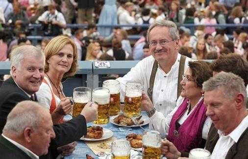 O'zapft'is - Wiesn-Anstich 2012      ... dann ging es zur Loge im Schottenhamel-Zelt, wo sich die beiden Politiker mit ihren Frauen das frisch gezapfte Bier schmecken ließen.