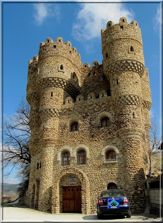 Located inCebolleros, a small community in the province of Burgos, northern Spain, Castillo de las Cuevas, or Castle of Caves, is the result of one man's ambition and determination.Serafin Villarán dreamed of having his very own castle, and he single-handedly turn his dream into a reality.