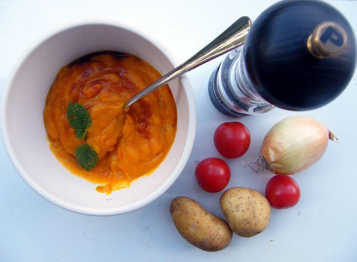Podaję obiecany jakiś czas temu, przy okazji artykułu o właściwościach dyni, przepis na zupę krem z tego owocu (warzywa:). Polecam ją zwłaszcza w tym okresie, kiedy jest sezon na dynię. A ze względu na swoje wartości odżywcze i właściwości lecznicze jest idealna w okresie jesienno-zimowym, wzmacnia organizm i doskonale rozgrzewa.