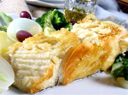 Receita de Bacalhau à Mestre Gomes - bacalhau (já dessalgados) em água fervente por cerca de 5 minutos. Em uma frigideira grande ou chapa, aqueça um pouco do azeite e 'grelhe' os...