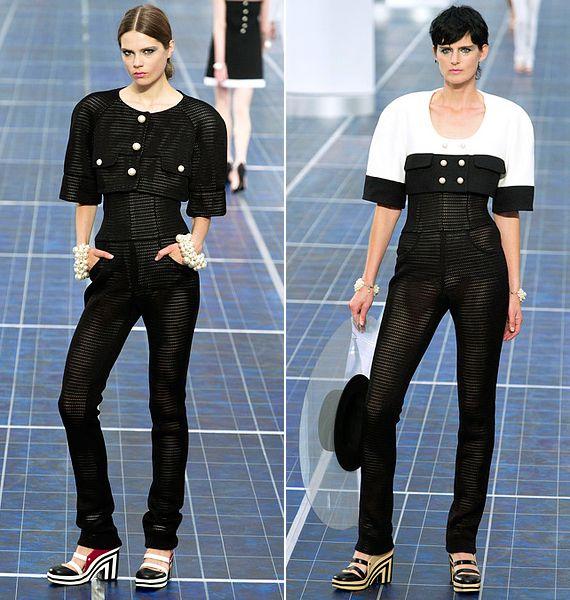 Szintén a Chanel retró vonala keveredik a fazonokban, de ezek a nadrágkosztümök a modern eleganciába is beillenek. Sajnos az ormótlan szandálok elrontják az összhatást. Stella Tennant nemcsak a kifutón, a kampányfotókon is feltűnt.