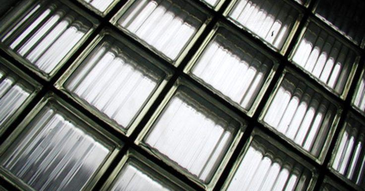 Como instalar uma janela com blocos de vidro em um quadro de madeira. É fácil instalar uma janela com blocos de vidro. A maioria das pessoas costuma instalá-las em porões ou em aberturas de concreto, mas fazer a sua montagem em quadros de madeira ou em outros níveis envolve o mesmo procedimento. Utilizando os materiais corretos e preparando-se adequadamente, será possível completar o trabalho em pouco tempo.
