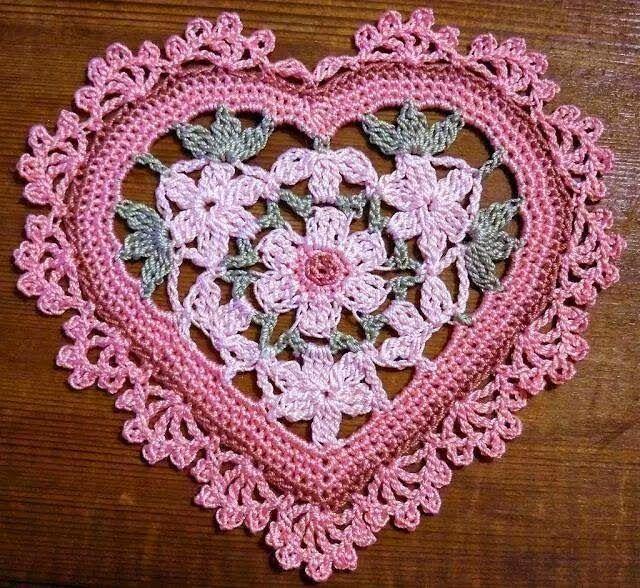 Carpeta con forma de corazón y centro floral - con ganchillo | Crochet y Dos agujas - Patrones de tejido