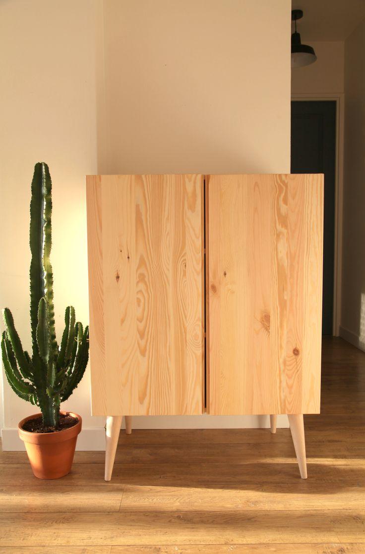 Diy pour relooker un meuble IKEA basique simple et rapide il y a juste à l'habiller avec des pieds compas pour retrouver un style Retro scandinave : -IVAR Élément à porte, pin 70 € – P…