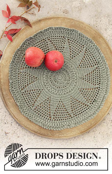 Hæklet dug til jul med stangmasker og hulmønster i DROPS Cotton Viscose. Gratis opskrifter fra DROPS Design.