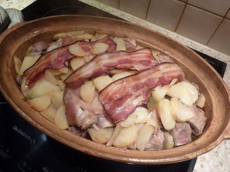 pomme de terre, échine de porc, épaule, gîte, porc, oignon, carotte, poireau, farine, Poivre, Sel, vin blanc sec, oignon, ail, thym...