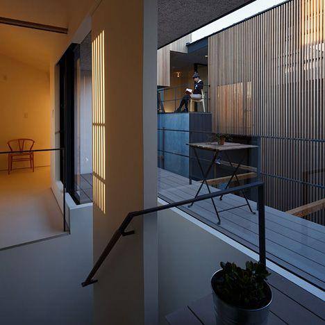 photo(C)Ookura Hideki / Kurome Photo Studio Eureka/稲垣淳哉+佐野哲史+永井拓生+堀英祐が設計した愛知県岡崎市の集合住宅「Dragon Court Village」です。 以下、建築家によるテキストです。 ********** 地域・環境へと開かれた低密度な住宅群 9戸の賃貸長屋の計画。敷地はひとりが一台の車を所有する車社会の郊外住宅地である。各世帯が2台の駐車スペースをもち、敷地半分を車路と駐車場が占める。そして自然と導かれる法定容積を下回る低密度な計画条件のもとに、隣家と余白を共有し、地域・環境へと開かれた住宅群を目指した。 路地状空地が取り巻くポーラスな環境 風が通り抜け日陰を生み、室単位では無く群として快適な空間の秩序へと至るポーラスな建築である。サーキット状の路地と駐車スペースによって建築は周囲に余白をもち、風環境のシミュレーションによってボリュームが調整されることで半屋外空間が建築内を貫通する。この半屋外空間と来客を招き入れるアネックスを介して、生活が屋外・他者へと開かれ、さらには路地、地域にまで展開されるこ...