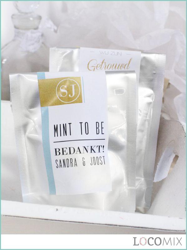 De Wedding Bags huwelijksbedankjes kunnen gevuld worden met snoep. Het is natuurlijk ook mogelijk om ze leeg te bestellen. Ze zijn verkrijgbaar in deze zilveren variant en in een papieren variant. We hebben meer dan 150 designs klaar staan waarmee jullie de sticker kunnen personaliseren, maar het is ook mogelijk om een eigen ontwerp aan te leveren!