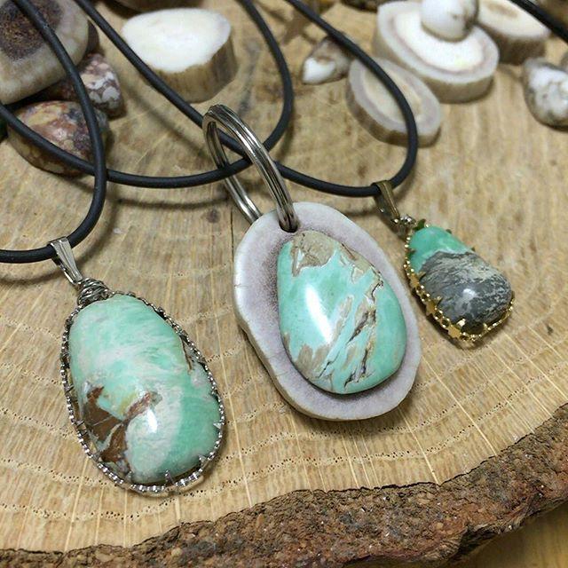 I made cerrillos turquoise pendant with antler horn. セリリョスターコイズの鹿の角ペンダント出来ました! 淡いグリーンの色合いが飽きのこない魅力を感じさせます。 #鹿の角 #鹿の角ペンダント #ターコイズ #セリリョスターコイズ #cerrillosturquoise #turquoise #antlerhornnecklace #antlerhorn #deerhorn #handmade #handmadeaccessory #handmadejewelry #ハンドメイドアクセサリー #ハンドメイド #handcrafted #handcraft #pendant #ターコイズペンダント