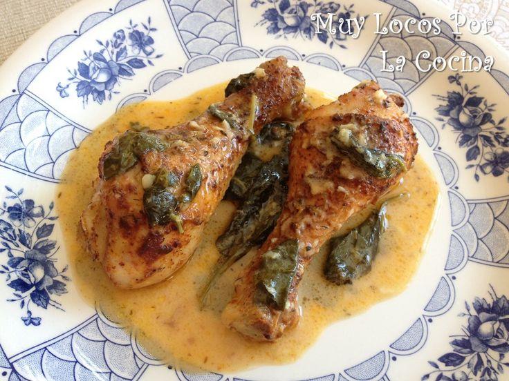 Twittear     Esta es una receta de pollo condimentado con pimentón y asado en una salsa cremosa de limón y espinacas. Tiene un s...