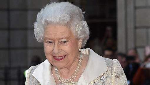 The Queen had geluk na een nachtwandeling werd ze bijna neergeschoten door iemand van eigen bewaking